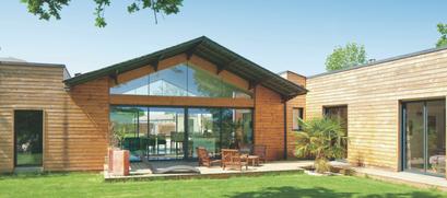 Maison en bois avec grandes fenêtres
