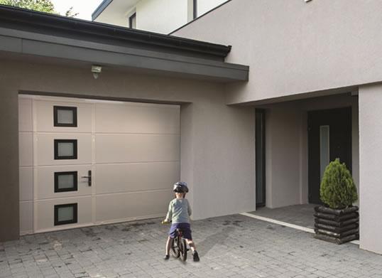 Porte de garage grise avec hublot Arnaud et Blanc