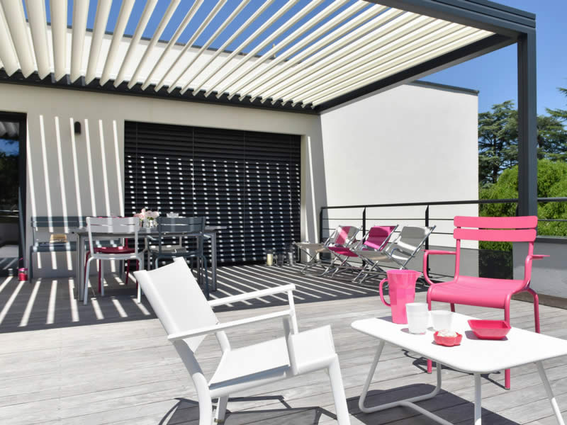 Pergola en alu avec lames bi-colore pour terrasse Arnaud et Blanc