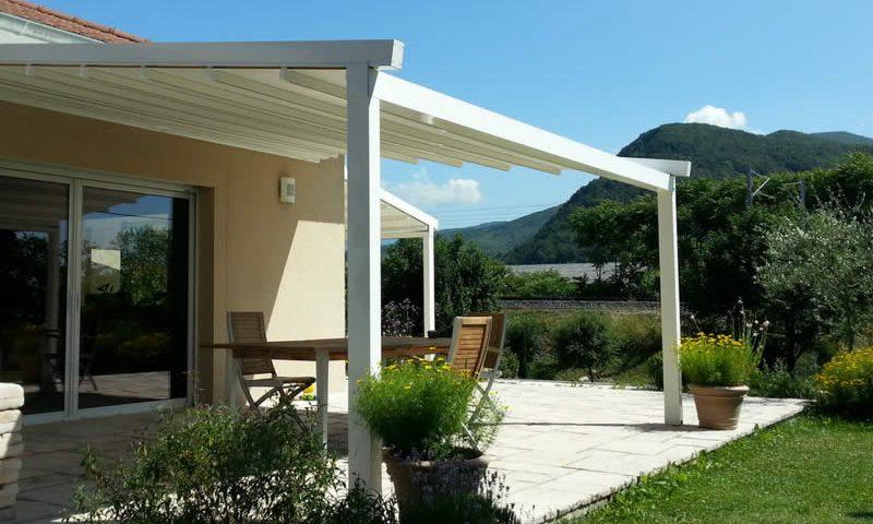Pergola blanche en alu avec toile rétractable pour terrasse Arnaud et Blanc