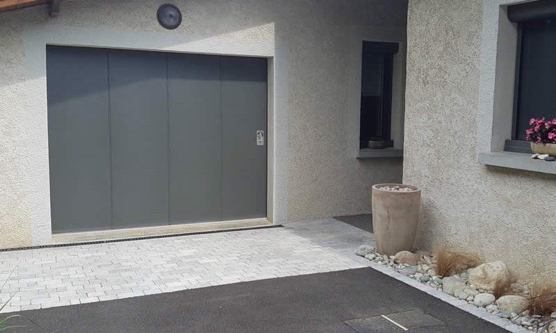 Porte grise pour déplacement latéral Arnaud et Blanc