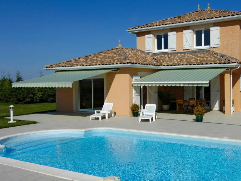 Stores monoblocs pour terrasse devant une piscine Arnaud et Blanc