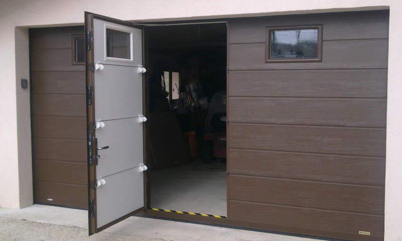 Porte sectionnelle marron avec portillon Arnaud et Blanc