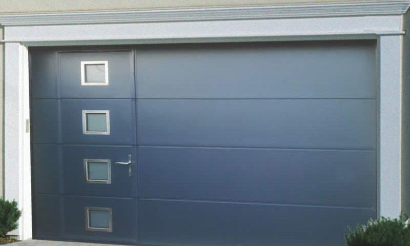 Porte sectionnelle grise avec portillon et hublot Arnaud et Blanc