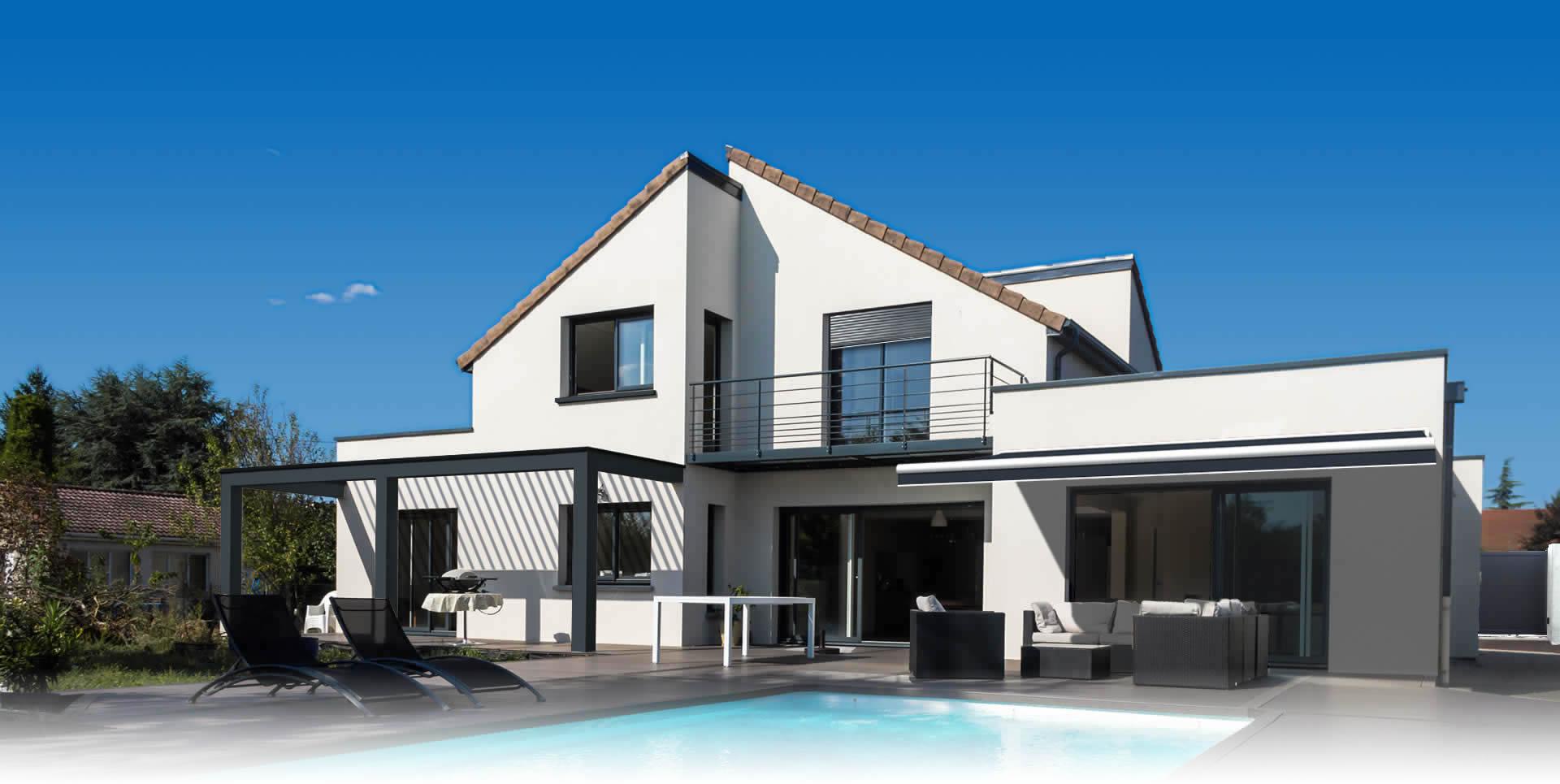 Maison blanche avec pegolas, stores et fenêtres Arnaud et Blanc