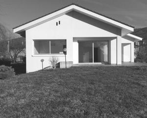 maison avec fenêtres en noir et blanc